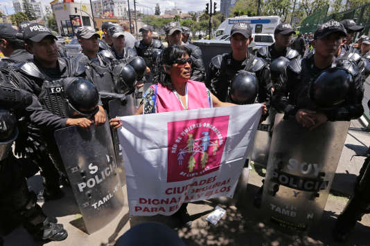 Une manifestation devant la Maison de la culture équatorienne, lors de la conférence Habitat III à Quito, le 20 octobre.