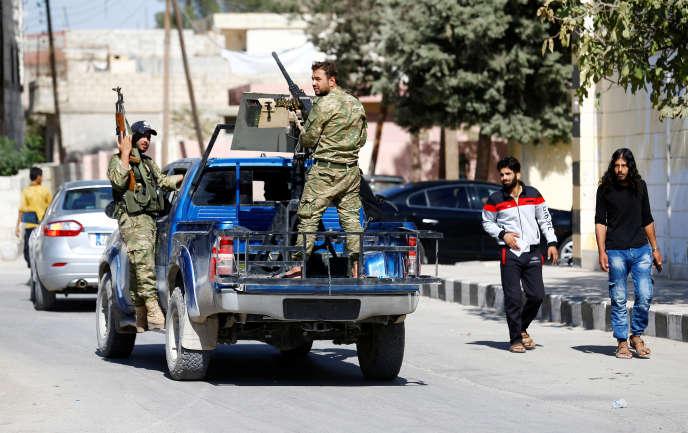 Des membres de l'Armée syrienne libre dans les rues de Djarabulus, dans le nord de la Syrie, le 19 octobre.