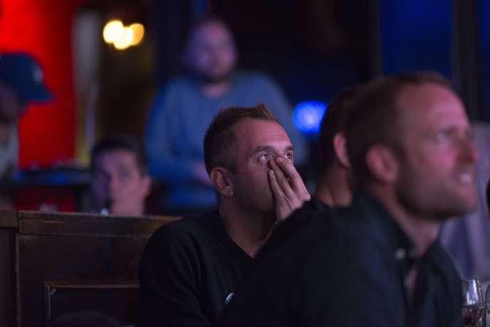 Réactions de téléspectateurs, dans un bar de Los Angeles, lors du troisième et dernier face-à-face qui opposait les deux candidats à l'élection présidentielle américaine mercredi 19octobre.