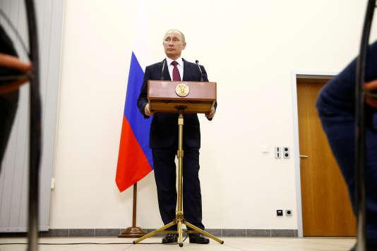Conférence de presse de Vladimir Poutine, à l'aéroport de Berlin-Tegel, le 20 octobre.