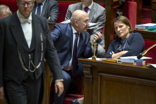 Michel Sapin, ministre des finances, et Valérie Rabault, rapporteuse générale du budget, lors de la discussion sur le projet de loi de finances pour 2017 à l'Assemblée nationale, à Paris, le 19 octobre.