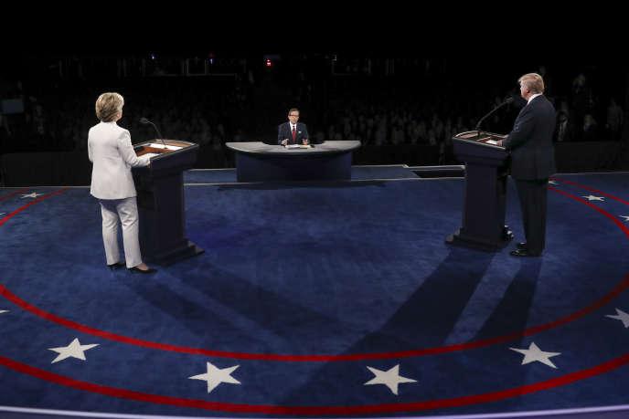Hillary Clinton face à Donald Trump, lors du débat présidentiel du 19octobre.