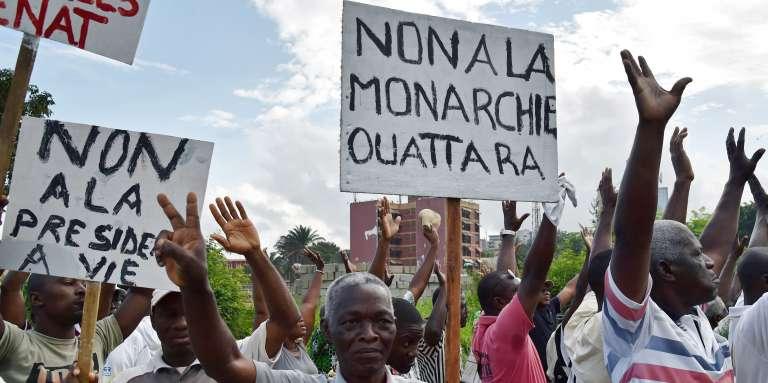 Des opposants à la nouvelle Constitution manifestent, le 20 octobre 2016, à Abidjan.