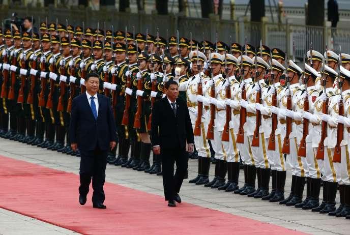 Le président philippin, Rodrigo Duterte (à droite), et son homologue chinois, Xi Jinping, le 20 octobre 2016 à Pékin.