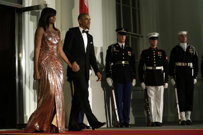 Michelle Obama et le président Barack Obama sortent pour accueillir Matteo Renzi et son épouse Agnese Landini, pour le dernier dîner d'Etat donné à la Maison Blanche, le 18 octobre 2016.