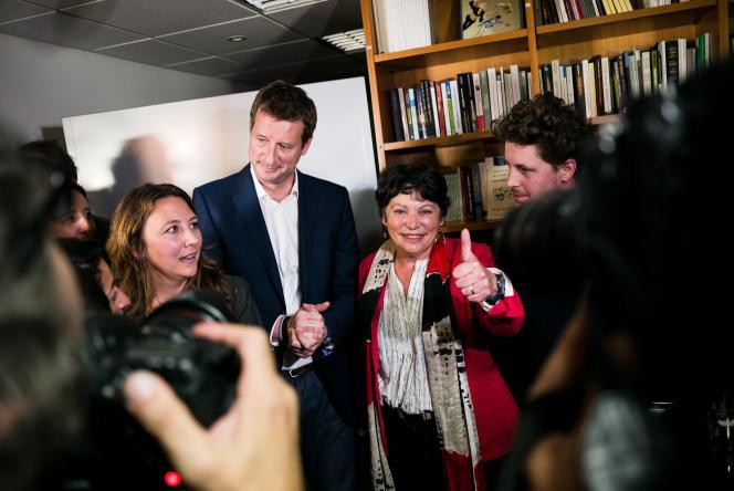 Yannick Jadot et Michele Rivasi rejoignent Julien Bayou et Sandra Regol, après l'annonce des résultats du premier tour de la primaire écologiste, mercredi 19octobre à Paris.