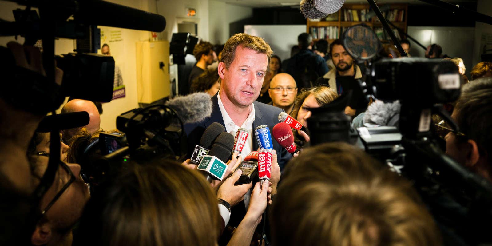Yannick Jadot repond aux journalistes après le premier tour de la primaire EELV, le 19 octobre..