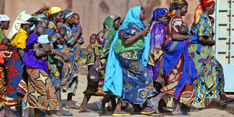 Des femmes nigériennes vivant en milieu rural se rendent dans la ville de Guidan-Roumdji.