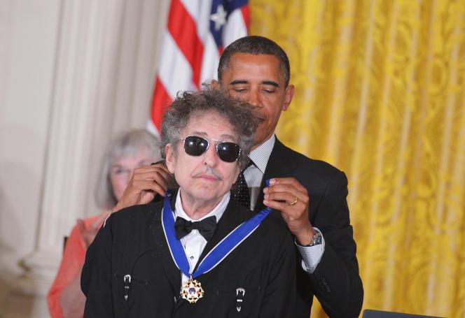 Bob Dylan a l'air d'adorer les médailles et les prix (ici en 2012, il est décoré par Barack Obama de la médaille présidentielle de la Liberté).