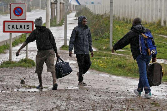 Des migrants quittent la« jungle» de Calais pour rejoindre Lille, le 18 octobre 2016.