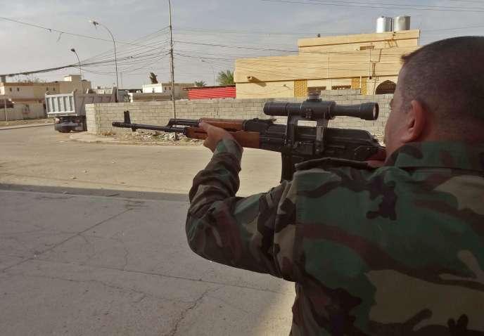 Un membre des forces de sécurité kurdes irakiennes, dans les rues de Kirkouk, attaquée par l'organisation Etat islamique, le 21 octobre.