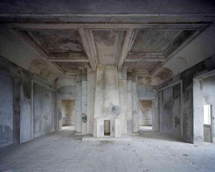 «Erigé à 1000 m d'altitude pour rechercher de la fraîcheur, le palace de style Art déco a connu une histoire mouvementée. Il fut abandonné plusieurs fois, sa dernière rénovation lui donne des teintes monochromes. »