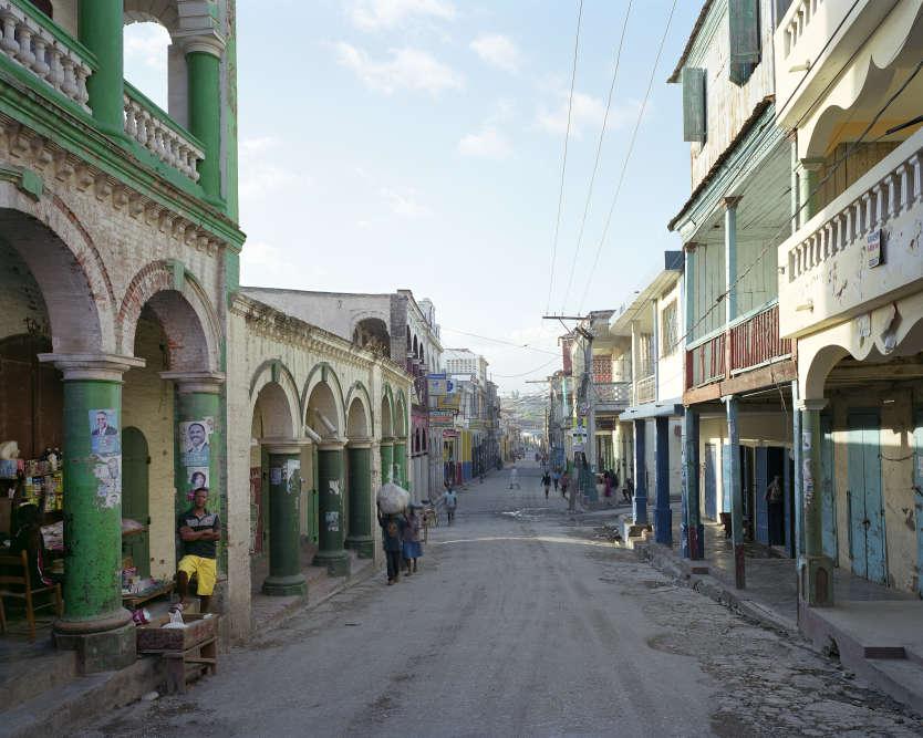 «Certains arrivent encore à pied à Jérémie, la grande ville du sud-ouest d'Haïti. Surnommée la ville des poètes, elle a conservé tout son caractère architectural caribéen malgré les incendies qui l'ont ravagée par le passé. »