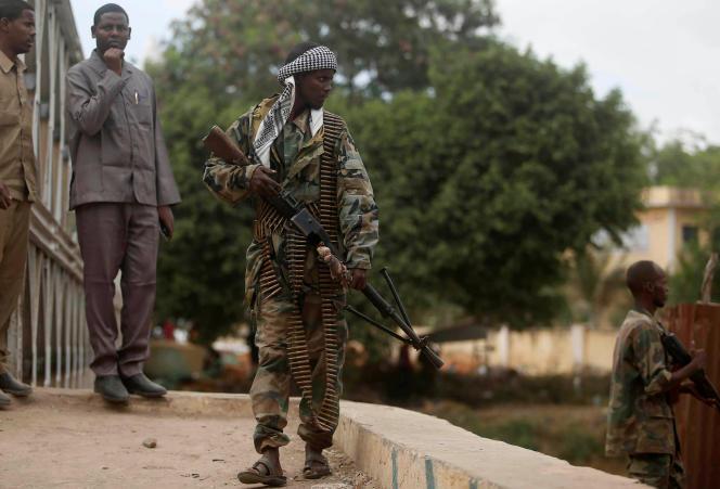 Un soldat patrouille à Afgooye, dans le sud de la Somalie,après une attaque des Chabab qui a tué 11 personnes, mardi 18 octobre.