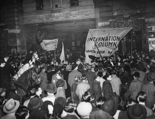Guerre civile espagnole : des membres des Brigades Internationales de retour d'Espagne à Londres, ici acclamés par la foule, le 7 décembre 1938.