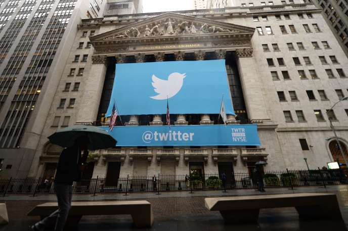 Une bannière à l'effigie du réseau social Twitter, le 7 novembre 2013 à New York.