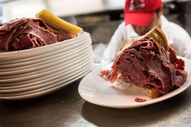 Un sandwich au pastrami, dans un fast food new-yorkais.