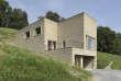 Maison de famille de 290m2 à Schlins, en Autriche, conçue par l'artiste et entrepreneurMartin Rauch, et entièrement construite –des fondations au toit– avec de la terre excavée sur place.