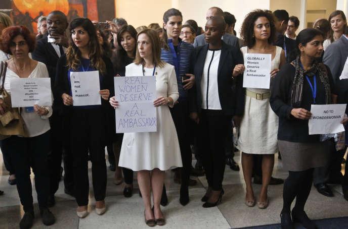 Manifestation silencieuse d'employées des nation Unies contre le choix de Wonder Woman comme ambassadrice honoraire à New York le 21 octobre 2016.
