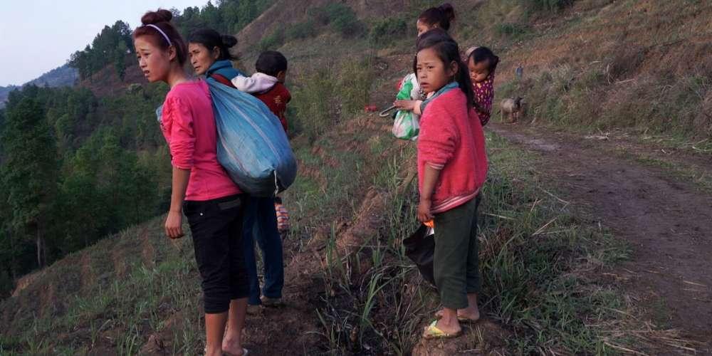 Les Ta'ang, filmés par Wang Bing, sont des planteurs de thé un peu coupés des autres ethnies de la foisonnante diversité de populations de la Birmanie, où coexistent plus de 135 groupes ethniques. Ilsreprésentent, en effet, une minorité dans la minorité. Le dernier avatar de leur guérilla, la Ta'ang National Liberation Army, a repris les armes en 2011 et s'est opposé aux trafiquants de stupéfiants qui règnent traditionnellement sur la région.