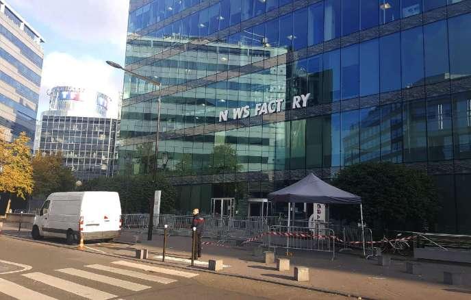 La façade de la rédaction d'i-Télé, après la chute de certaines lettres de la nouvelle enseigne installée samedi.