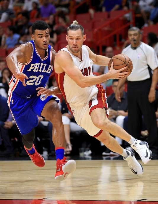 Timothé Luwawu-Cabarrot défend sur Beno Udrih, du Miami Heat, lors d'un match de présaison, le 21 octobre.