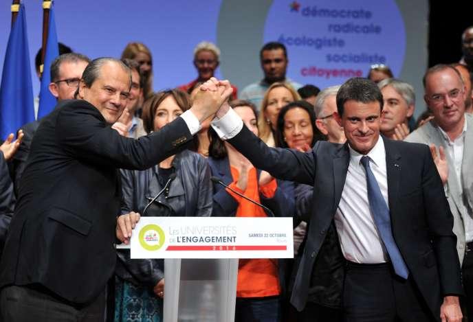 Le premier secrétaire du PS, Jean-Christophe Cambadélis (à gauche), serre la main du premier ministre Manuel Valls, à Tour, le 22 octobre 2016.