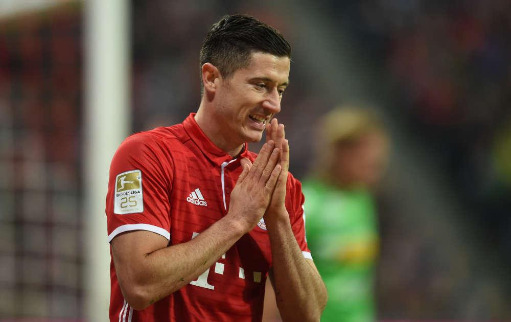 Robert Lewandowski n'a pas marqué, mais d'autres joueurs du Bayern Munich s'en sont chargés pour lui : Douglas Costa et Arturo Vidal ont assuré la victoire face au Borussia Mönchengladbach et Carlo Ancelotti et ses joueurs conservent la tête du championnat.