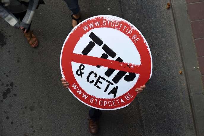 Lors d'une manifestation à Bruxelles, le 20 septembre, contre les traités de libre-échange TTIP et CETA.