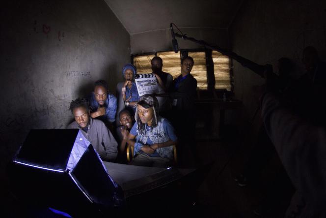 Scène de tournage de la web-série kenyane Tuko Macho.