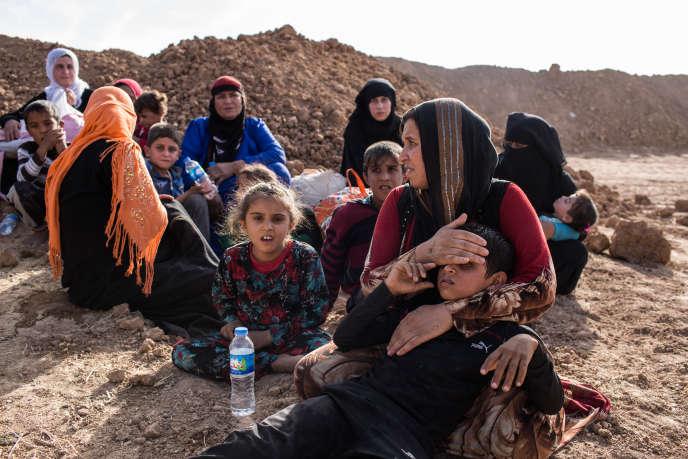 Quelques dizaines de civils fuyant les villages tenus par Daesh aux alentours de Mossoul sont pris en charge par les peshmergas près de la ville de Bashiqa le 21 octobre 2016.Certaines femmes portent toujours le niqab imposé par Daesh.