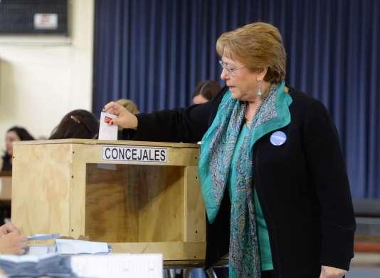 La présidente, Michelle Bachelet, à Santiago, le 23 octobre.