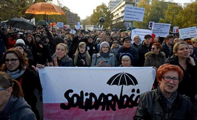 Manifestants devant le Parlement polonais, à Varsovie (Pologne), le dimanche 23 octobre.
