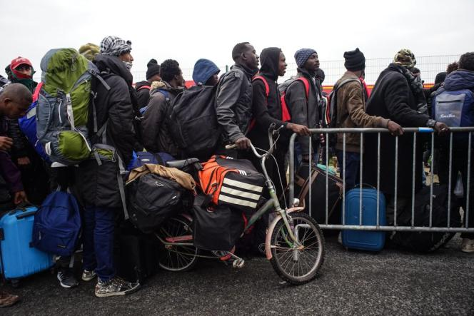 De plus en plus de monde se presse devant le hangar pour pouvoir monter dans les bus et partir dans des centres d'accueil.