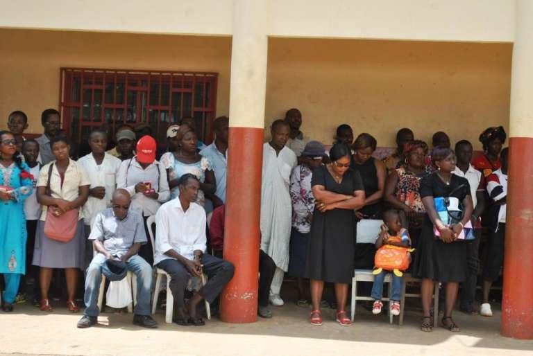 Des personnes prient pendant l'hommage aux morts du déraillement de train, à Eseka, lundi 24 octobre.