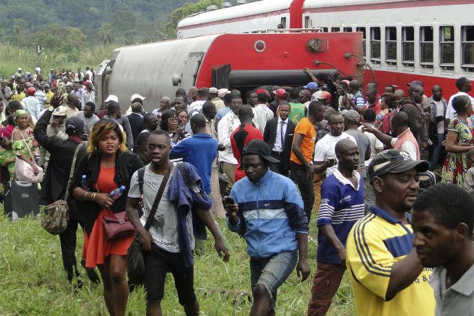 Vendredi 21 octobre, des rescapés s'éloignent des wagons accidentés du train 152. Il y aura bien davantage de victimes dans les wagons ayant basculé dans le ravin.