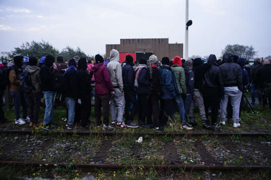 Des migrants à Calais, le 24 octobre.