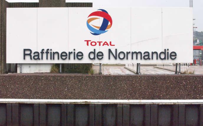 Vue de la raffinerie Total de Gonfreville-l'Orcher,prise le 27 septembre 2005.