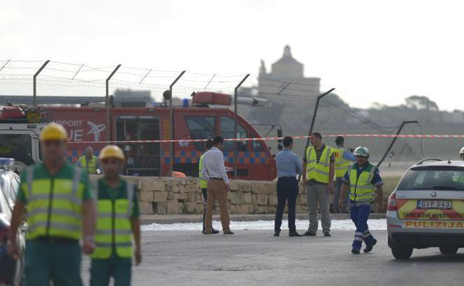 Sur le site du crash d'un petit avion, à l'aéroport de Malte,le 24octobre.