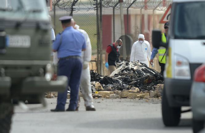 Sur le site du crash d'un avion dans lequel sont morts trois personnels de la DGSE, à Malte, le 24 octobre.