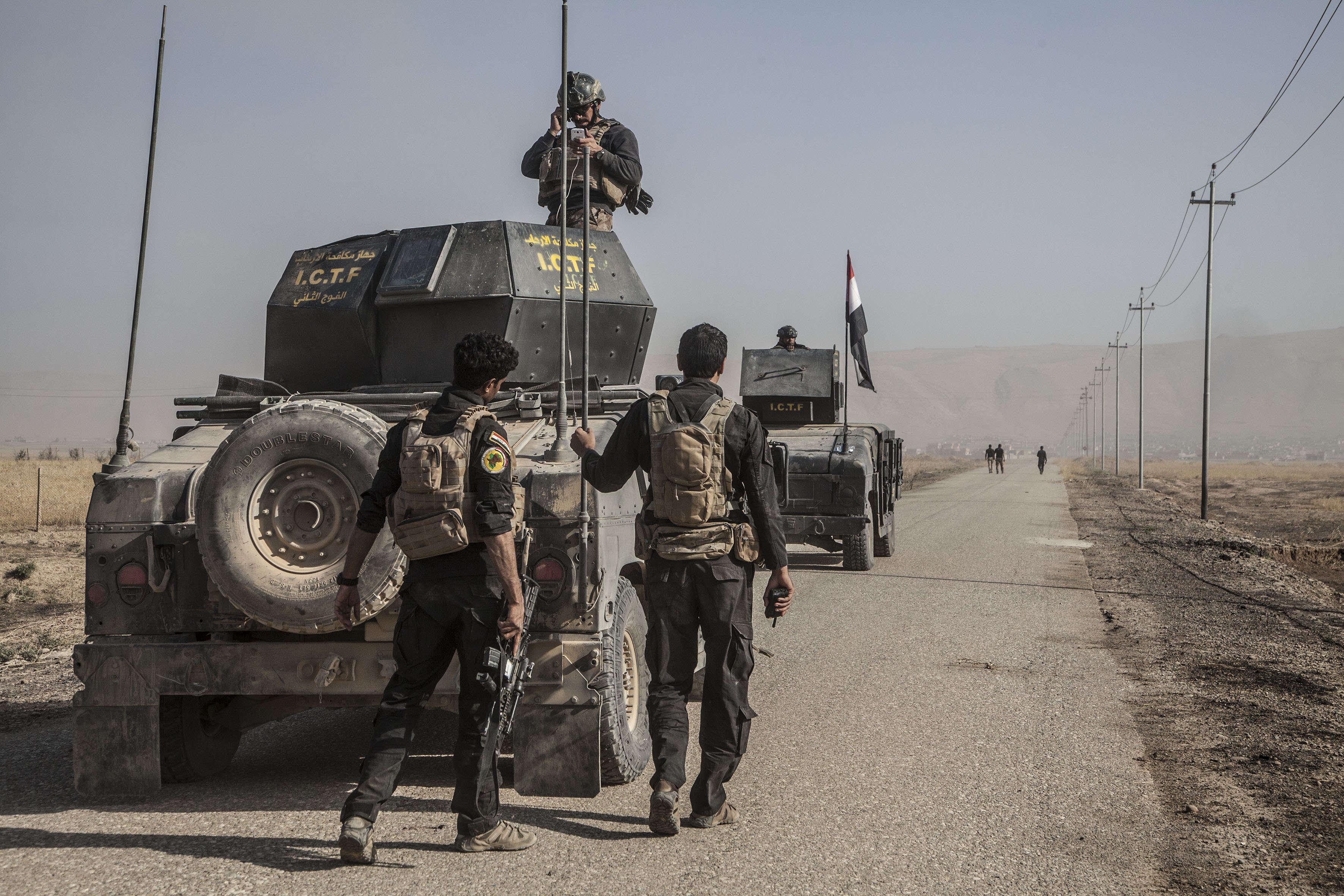 23 octobre. Des démineurs de l'armée irakienne avancent seuls la route qui sera empruntée pour l'attaque endirection de Mossoul menée par Isof 1 et 2.