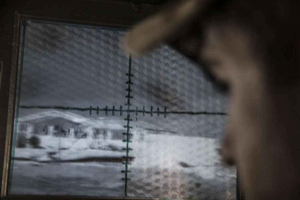 22 octobre. Le mitrailleur d'un «humvee»face à son écran de tir. Les humvees blindés du commandement la Division d'or effectuent une reconnaissance à l'ouest de Bartella, qui est désormais sous leur contrôle, en direction de Mossoul.