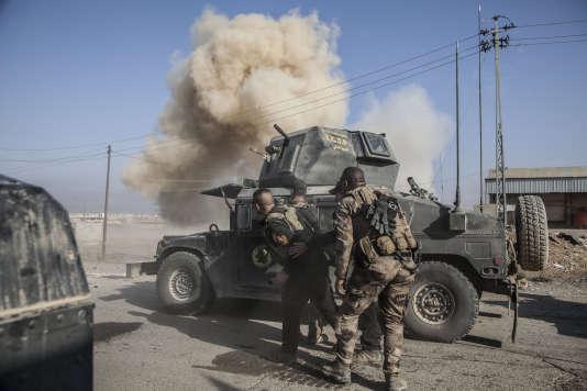 Près de Bartella, Irak, le dimanche 23 octobre, les Irakiens déminent la route de Mossoul.