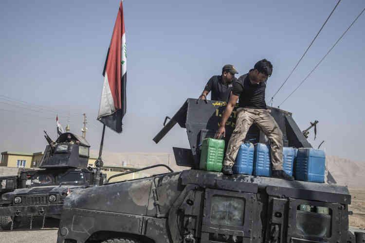 23 octobre. Les démineurs de l'armée irakienne emportent des jerricans d'explosif C4 trouvés dans une maison pour les faire exploser sur la route.