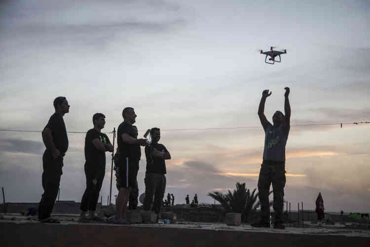 Des hommes la Division d'ors'entraînent au pilotage d'un drone sur leur base arrière, le 21 octobre.