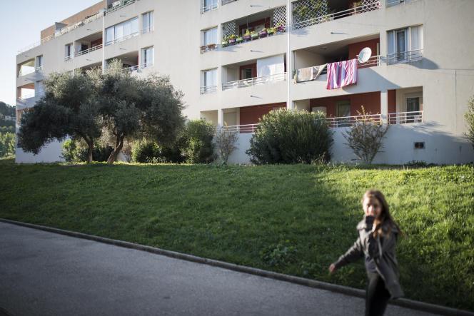 Dans un quartier de logements sociaux (13 Habitat) à Carnoux en Provence.
