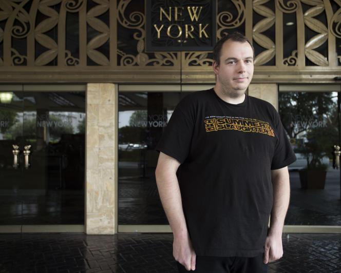 Adam Gregory, 31 ans, agent de sécurité à Las Vegas.«Ne sommes-nous pas tous pas en colère ? J'ai un BA (Bachelor Degree, diplôme universitaire de premier cycle) et à cause de l'état de l'économie, les employeurs ne veulent pas me payer à ma juste valeur.»