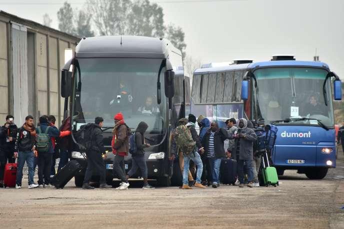Des migrants à Calais, le 24 octobre 2016, s'apprêtent à quitter la« jugle» après son démantèlement.