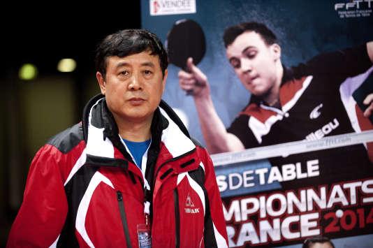 Han Hua est le coach des pongistes français.