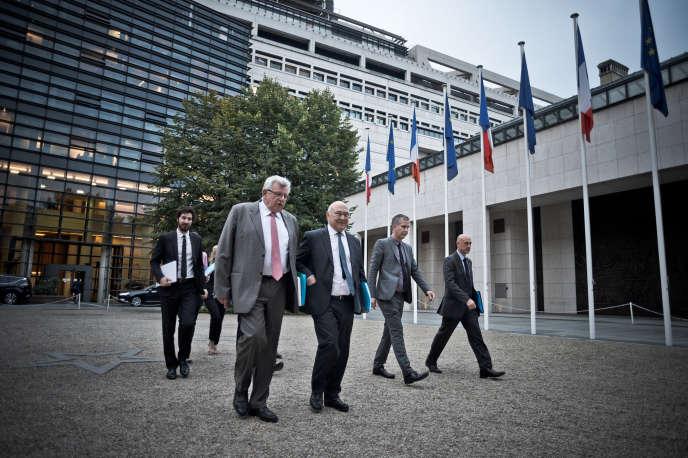 Michel Sapin (ministre de l'économie et des finances) et Christian Eckert (secrétaire d'Etat au budget), au ministère de l'économie, à Paris, le 28 septembre.